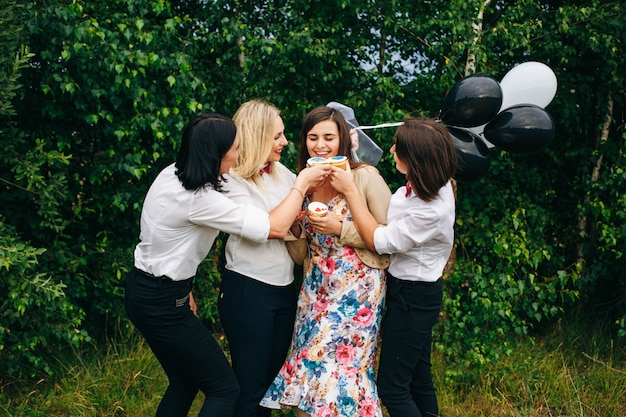 Festa de galinha. festa de casamento. mulheres em uma festa.