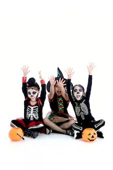 Festa de halloween com crianças do grupo asiático