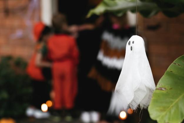 Festa de halloween com crianças doces ou travessuras