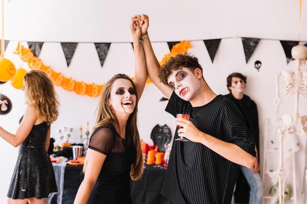 Festa de halloween com decorações e vampiros dançando