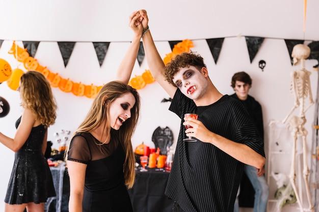 Festa de halloween com vampiros dançando