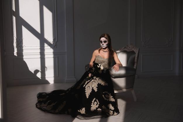 Festa de halloween. retrato de uma menina com um homem morto de maquiagem no halloween.