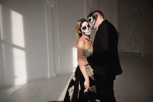 Festa de halloween zombie e horror. casal de halloween com maquiagem