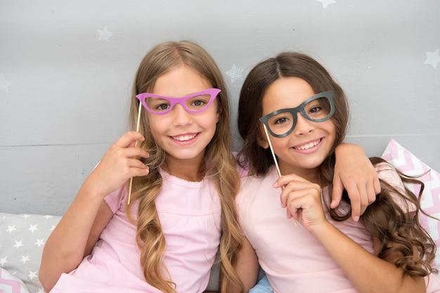 Festa de meninas para duas criancinhas felizes. crianças na festa de meninas. ficando louco e feliz.