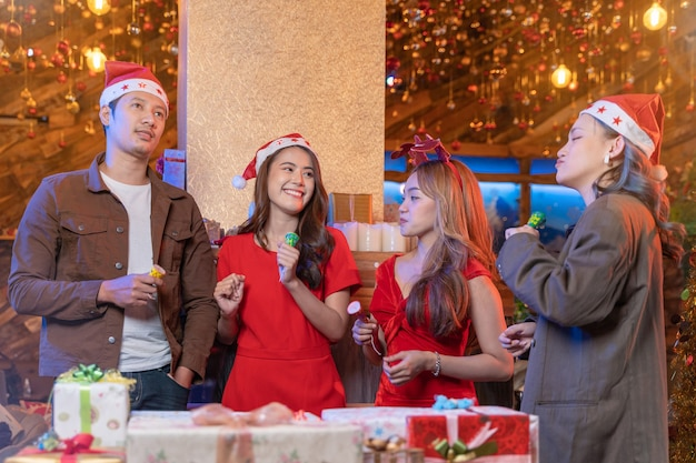 Festa de natal alegre asiática amigos curtindo bebidas de natal e comemorando