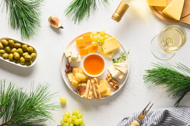 Festa de natal com travessa de queijo uvas nozes azeitona figos aperitivo para festa