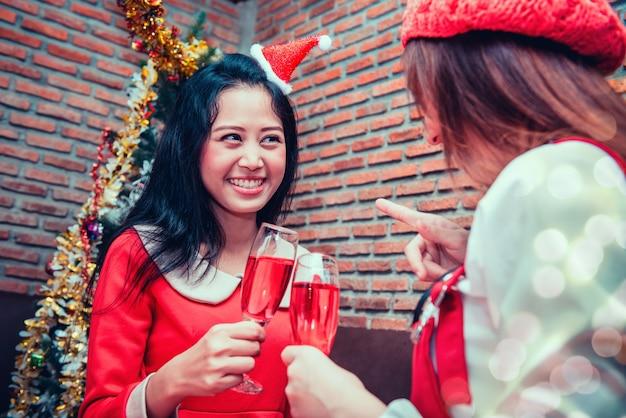 Festa de natal e ano novo com amigos. celebrando o inverno e bebendo álcool.