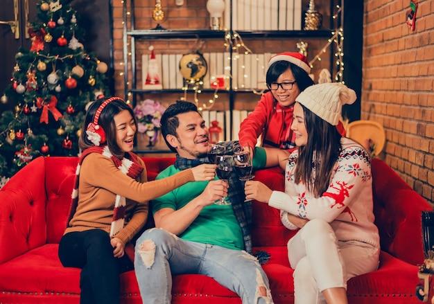 Festa de natal e ano novo com amigos. inverno e final de ano comemorando em casa.