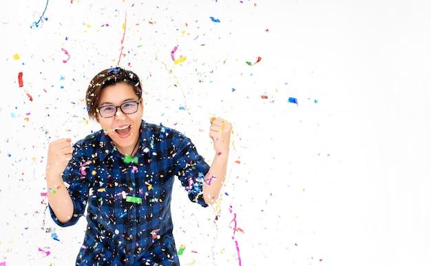 Festa de pessoas surpreendentes com confete colorido no natal ano novo ou aniversário