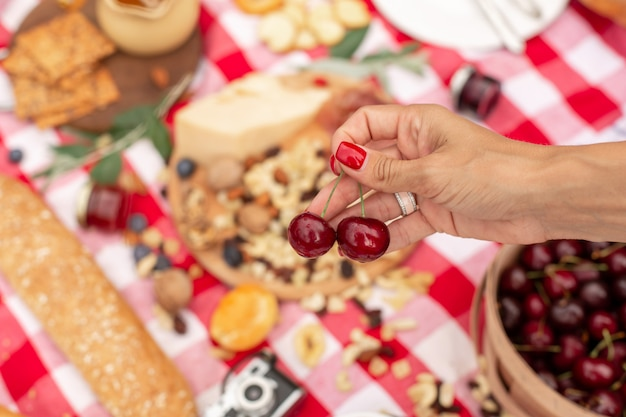 Festa de piquenique ao ar livre de verão. comida, mel e frutas estavam em um cobertor xadrez.