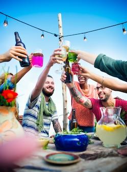 Festa de verão com bebidas