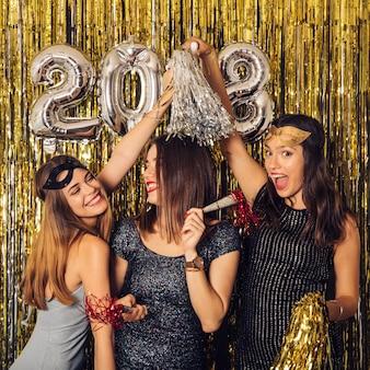 Festa do ano novo com garotas felizes