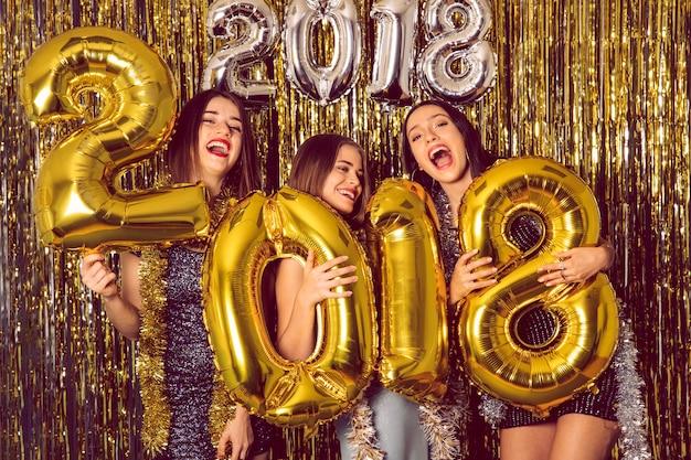 Festa do ano novo com três garotas