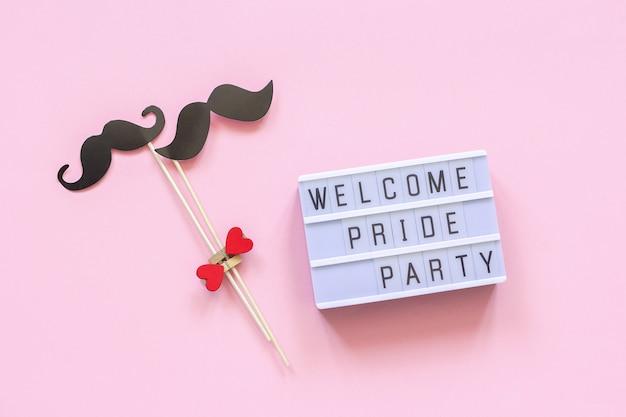 Festa do orgulho de boas-vindas e par adereços de bigode de papel.