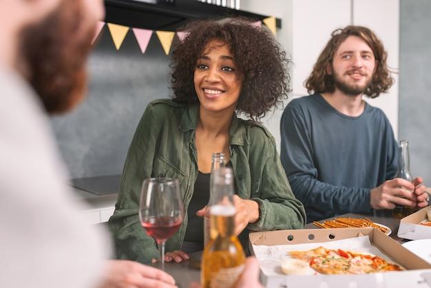 Festa festiva entre amigos multiétnicos em casa