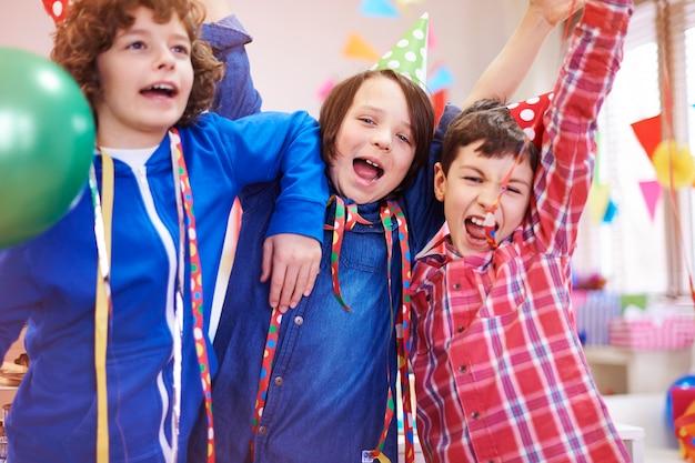 Festa forte de grupo de meninos