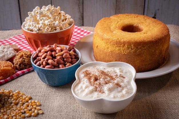 Festa junina. doces típicos da festa junina. bolo de fubá, pipoca, canjica, cocada, geléia de abóbora e amendoim