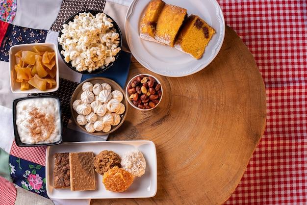 Festa junina. doces típicos da festa junina. bolo de milho, pipoca, canjica, cocada, geléia de abóbora e amendoim