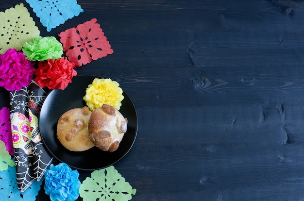 Festa mexicana com pastéis e enfeites