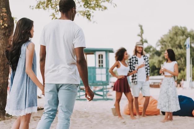 Festa na praia multiracial friends romantic couple