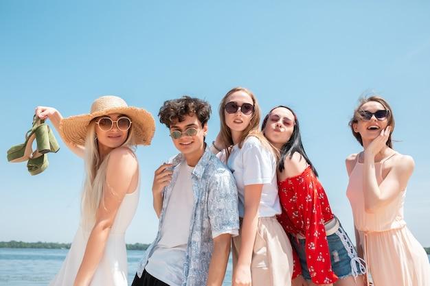 Festa sazonal em resort de praia. grupo de amigos comemorando, descansando