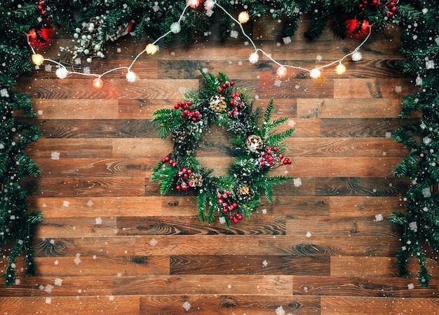 Festão da árvore de abeto do natal com a decoração da árvore de natal na placa de madeira. natal brilhante e ano novo com guirlanda de natal.