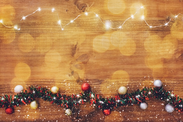 Festão da luz de natal no fundo de madeira.