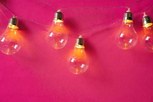 Festão de belas lâmpadas festivas iluminadas close-up