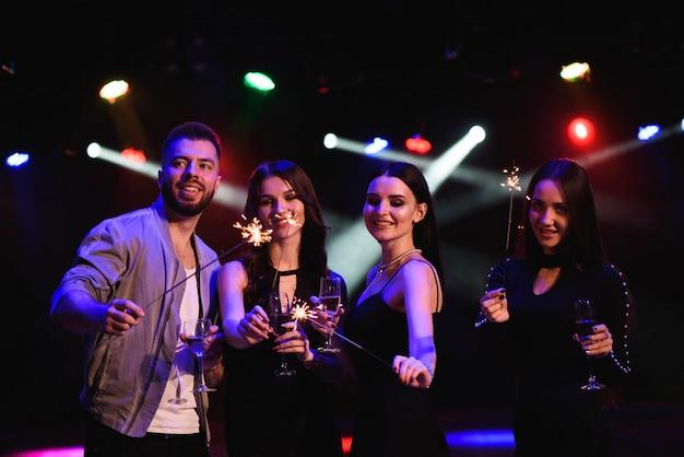 Festeiros comemorando no clube