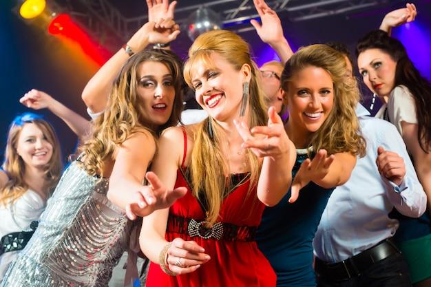 Festeiros dançando no clube discoteca