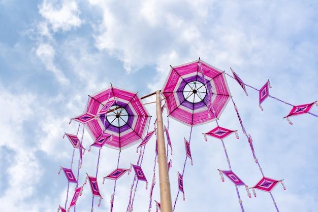 Festival da bandeira de tung no trabalho religioso no pagode de phra that yakhu