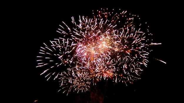 Festival de ano novo e aniversário lindos fogos de artifício brilham céu cheio à noite
