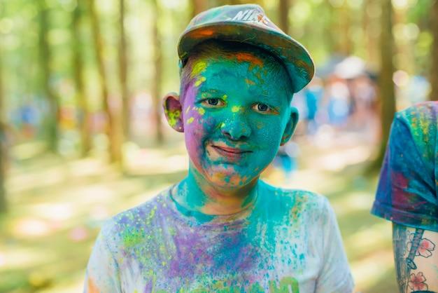 Festival de cores holi. retrato de um menino feliz