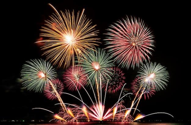 Festival de fogos de artifício real no céu para celebração à noite sobre o mar