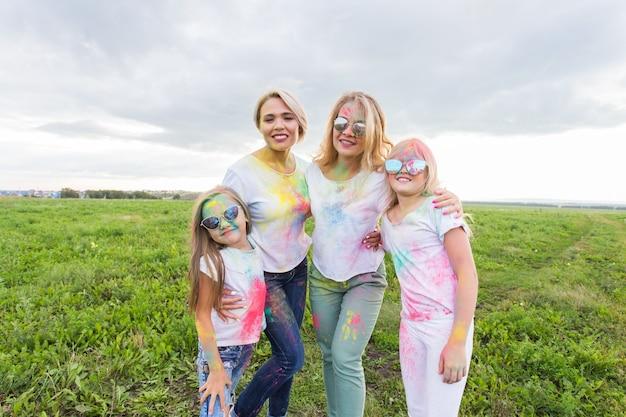 Festival de holi, amizade e conceito de férias - jovens do sexo feminino dançando a cor
