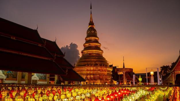 Festival de lanna da lanterna de wat phra that hariphunchai em lamphun tailândia