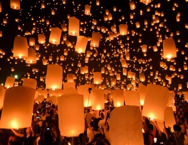 Festival de lanternas do céu ou festival de yi peng em chiang mai, tailândia