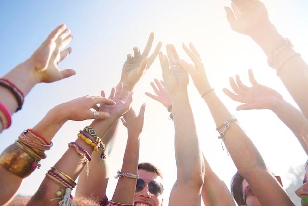 Festival de música de verão que atrai muitas pessoas