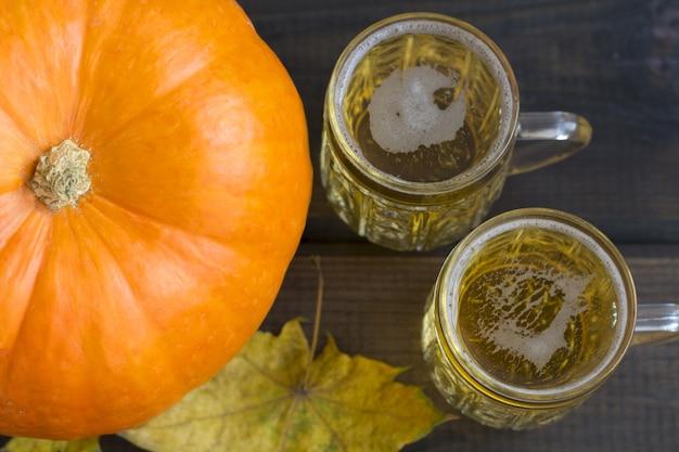 Festival de outubro. canecas de cerveja com petiscos de salgadinhos, bretzel e abóbora laranja