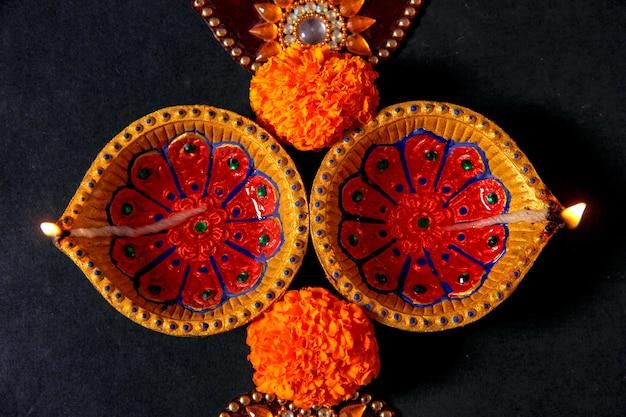 Festival indiano diwali, lâmpada de diwali e flor rangoli