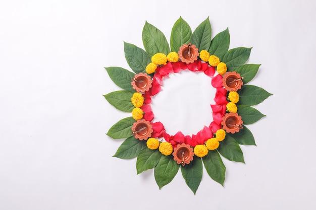 Festival indiano diwali, lâmpada de diwali e rangoli de flores