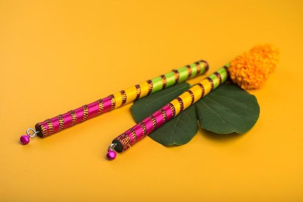 Festival indiano dussehra e navratri, mostrando folha dourada (bauhinia racemosa) e flores de calêndula com varas dandiya.