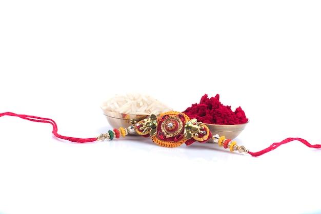 Festival indiano: raksha bandhan com um elegante rakhi. pulseira tradicional indiana, símbolo de amor entre irmãos e irmãs