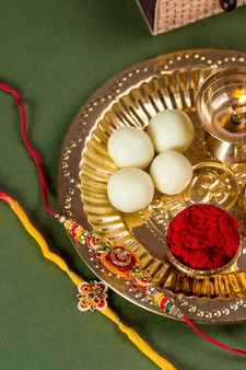 Festival indiano: raksha bandhan ou rakhi com um elegante rakhi e diya