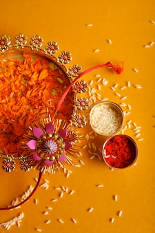 Festival indiano raksha bandhan, rakhi com arroz