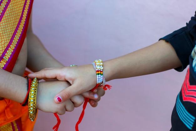 Festival indiano raksha bandhan, rakhi na mão