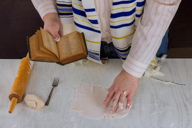Festival judaico de pessach com oração de bênção durante a preparação da matzá kosher