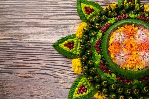 Festival loy krathong. decoração flutuante colocada em fundo de madeira