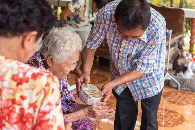 Festival songkran banhar-se com os pais