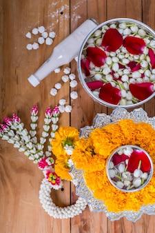 Festival songkran, os tailandeses preparam perfume de água com flores no ano novo da tailândia.